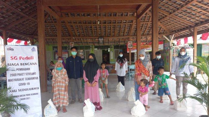 Tim Semen Gresik menyalurkan paket sembako untuk anak yatim di desa Ngampel, Blora.