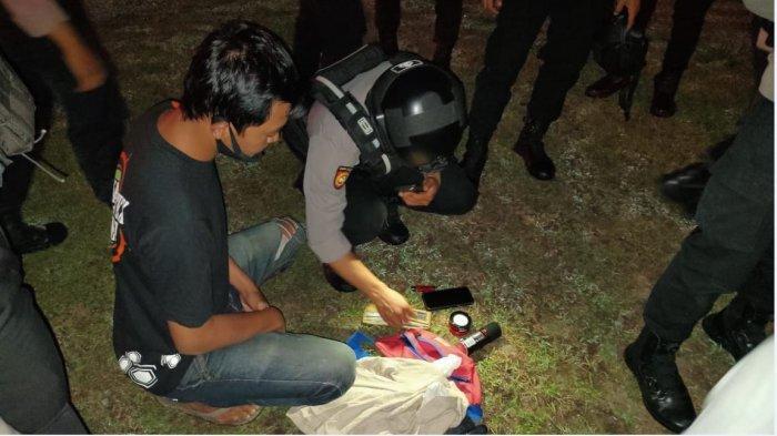 Tim Sparta Sat Sabhara Polresta Solo ketika mengamankan 8 pemuda yang sedang minum-minuman keras dan mengganggu ketertiban di Makam Krembyongan, Kadipiro, Banjarsari, Solo, Selasa (2/3/2021) dini hari.