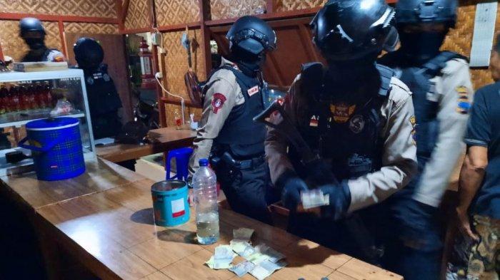 Tim Sparta Sat Sabhara Polresta Solo ketika melakukan penggeledahan di sebuah warung makan sederhana yang diduga sebagai tempat judi jenis ding dong di Gilingan, Banjarsari, Rabu (21/4/2021).