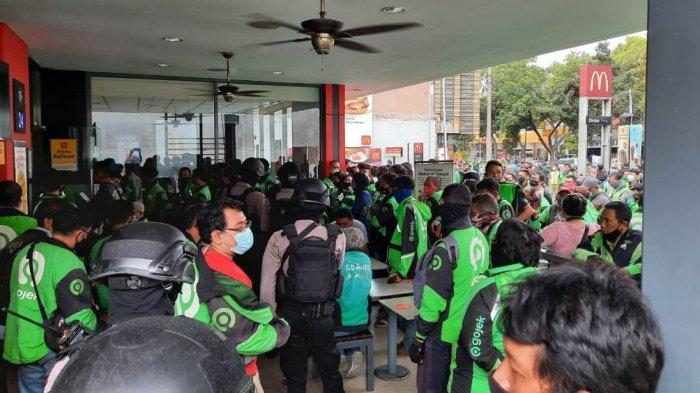 Tim Sparta Sat Sabhara Polresta Solo bubarkan kerumunan di gerai makanan cepat saji di Jalan Slamet Riyadi, Kota Solo, Provinsi Jawa Tengah, Rabu (9/6/2021) siang.