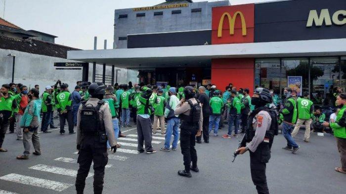 Tim Sparta Sat Sabhara Polresta Solo bubarkan kerumunan di sebuah gerai makanan cepat saji di Jalan Slamet Riyadi kota Solo, Rabu (9/6/2021) siang.