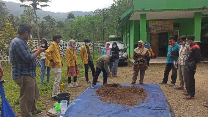 Tim Unit Klinik Tani Unsoed dan Petani Kopi Robusta Desa Pesangkalan Banjarnegara