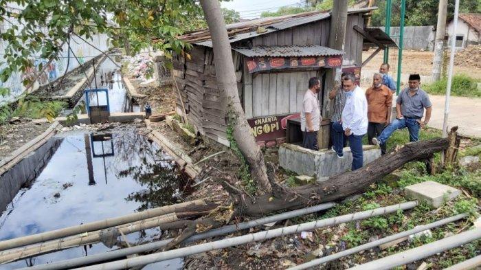 Komisi III DPRD Kabupaten Pekalongan meninjau drainase yang ada di Kecamatan Tirto