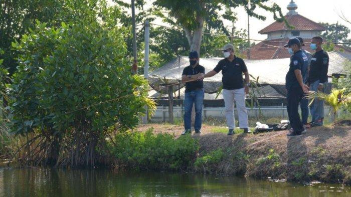Kepala Divisi Pemasyarakatan (Kadivpas) Kanwil Jawa Tengah, Syafar Puji Rochmadi bersama jajaran Lapas Terbuka Kendal menunjau tempat kolam budidaya ikan yang dikelola warga binaan, Minggu (16/5/2021).