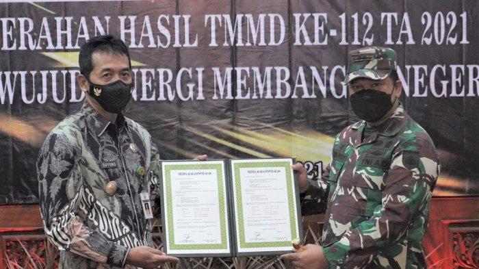 Komandan Kodim 0736 Batang  Letkol Arh Yan Eka Putra saat menyerahkan hasil TMMD reguler 112 kepada Wakil Bupati Batang Suyono di Aula Bupati, Kabupaten Batang, Kamis (14/10/2021).