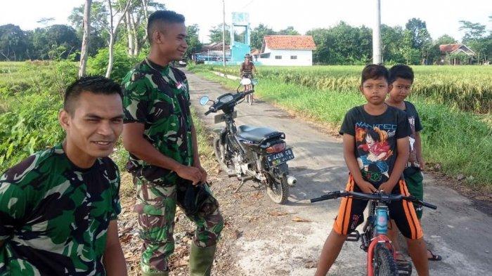 Serunya Anak-Anak Pantirejo Bersahabat dengan Tentara Satgas TMMD Pekalongan