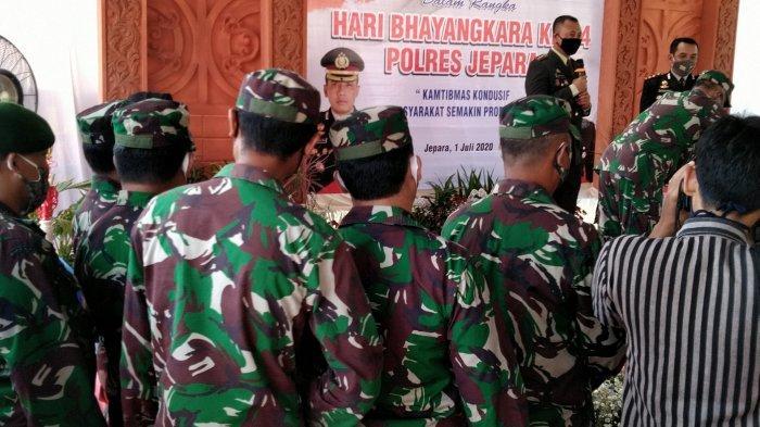 Belasan Anggota TNI Geruduk Mapolres Jepara Beri Kejutan