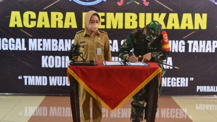 Komandan Kodim 0702 Purbalingga Letkol Inf Decky Zulhas bersama Bupati Purbalingga, Dyah Hayuning Pratiwi saat penandatanganan kegiatan TNI Manunggal Membangun Desa (TMMD) Sengkuyung Tahap II, Selasa (15/6/2021) di Pendopo Dipokusumo.