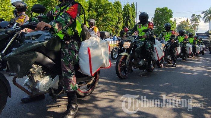 TNI Polri Motoran Berbagi Paket Sembako Warga Tak Mampu di Banyumas