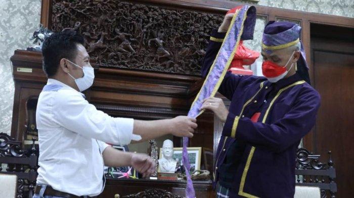 Temui Ganjar Pranowo, Tokoh Pemuda Tobelo: Beliau Tokoh Nasional Pertama yang Kami Beri Baju Adat
