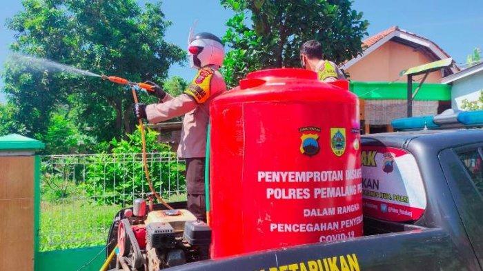 Aksi Unik, Polisi Bertopeng Superhero Semprot Disinfektan Keliling Petarukan Pemalang