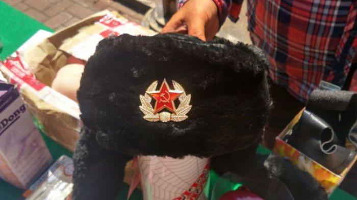 Petugas Bea Cukai Kediri Sita Topi Bergambar Palu Arit Kiriman dari Luar Negeri Via Pos