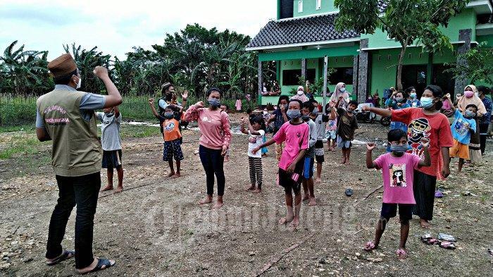 Anak-anak di Pengungsian Banjir Mulai Jenuh, PC GP Ansor Kudus Beri Trauma Healing