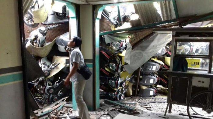 KRONOLOGI dan Foto-foto Truk Angkut 80 Sepeda Motor Terguling di Tambakaji Semarang