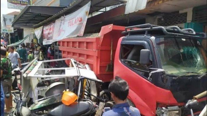 Truk Pasir di Bobotsari Purbalingga Jalan Sendiri Saat Ditinggal Sopir, Tabrak 3 Mobil dan 6 Motor