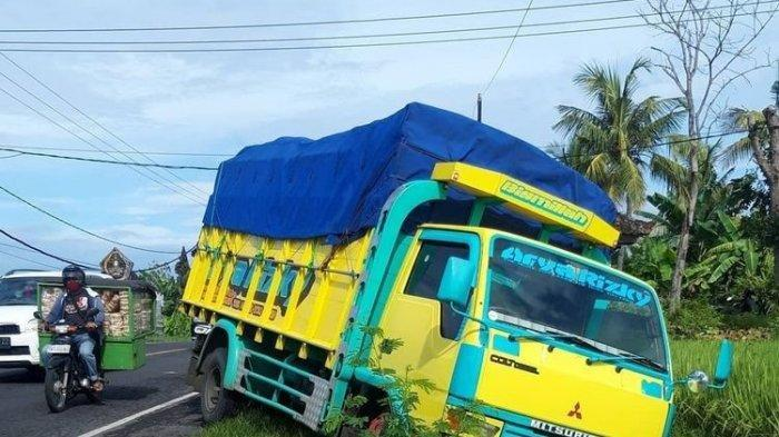 Gara-gara 8 Remaja Prank Pocong, Sopir Lari & Truk Tergelincir Kecelakaan di Selokan