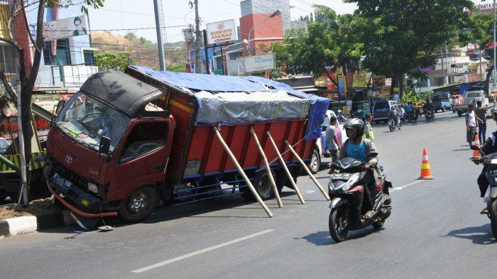 BREAKING NEWS: Kecelakaan Karambol di Ngaliyan Libatkan 6 Kendaraan, 1 Meninggal