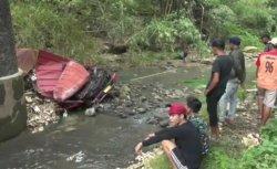 Kecelakaan Maut: Truk Muatan Kopi Susu Terjun di Jembatan Sungai Glagah Brebes, Sopir Tewas