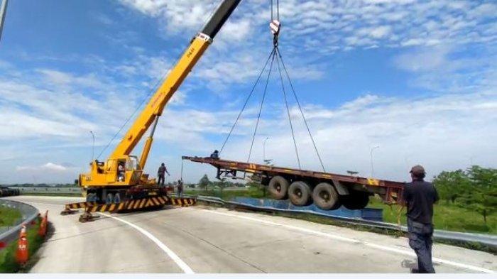 Diduga Supir Mengantuk, Truk Kontainer Tabrak Guard Rail Tol Pemalang-Batang