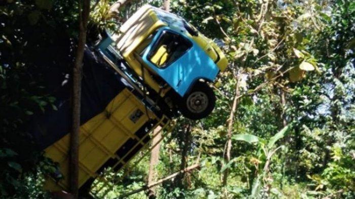 Sopir Buru-buru Keluar Kabin Saat Truk Muatan Pakan Ayam Kecelakaan Tak Kuat Menanjak di Semarang