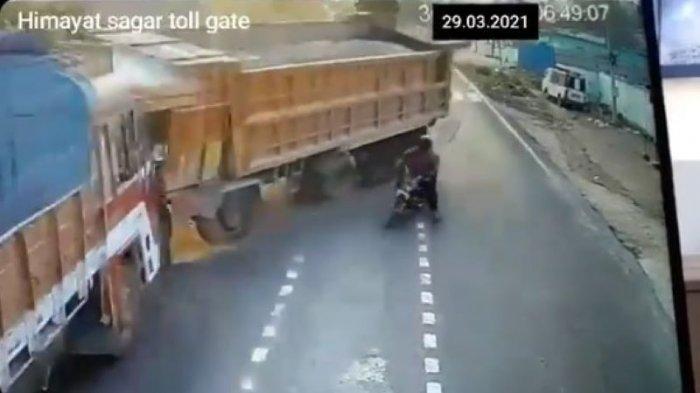 Detik-detik Dua Truk Adu Banteng Hindari Pemotor yang Asal Nyebrang