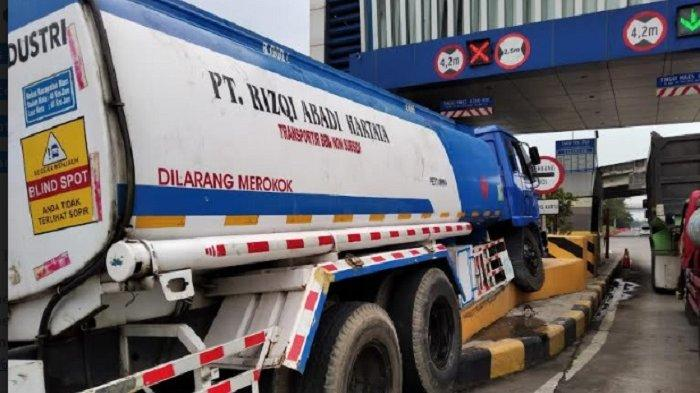 Alami Rem Blong Truk Muatan BBM Hantam Beton Pembatas Gerbang Tol Srondol Semarang
