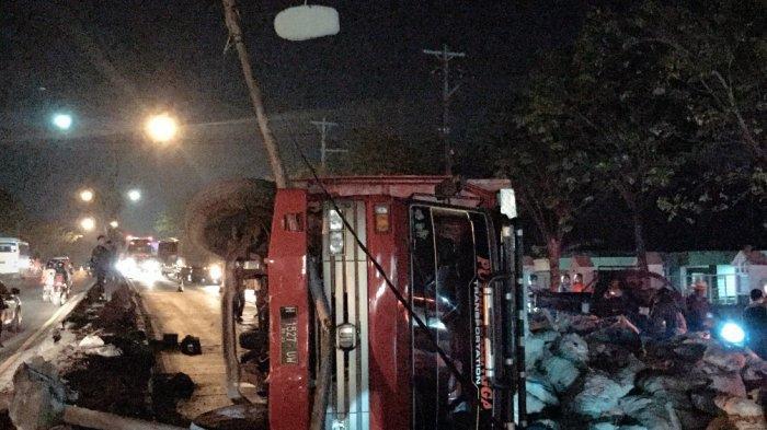 BREAKING NEWS: Kecelakaan Truk Tronton Angkut Kelapa Terguling di Pertigaan Hanoman Semarang