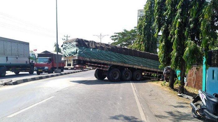 Hotline Semarang : Tertibkan, Truk Trailer Parkir di Bawah Jembatan Layang