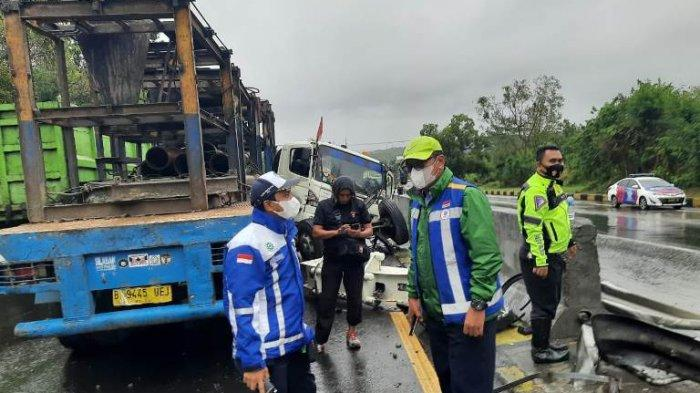 Truk Trailer Alami Pecah Ban, Sopir Hilang Kendali Tabrak Pembatas Jalan di Tol Semarang