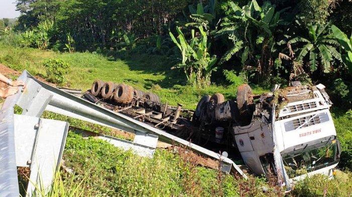 Diduga Supir Mengantuk, Truk Tabrak Guardrail di KM 338 Tol Pemalang-Batang