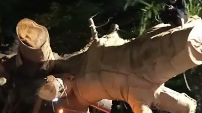 Truk trailer yang mengangkut pohon? baobab (Adansonia) raksasa akhirnya tiba di Semarang, Jawa Tengah, Jumat (2/4/2021) dini hari. (TRIBUN JATENG/REZA GUSTAV)