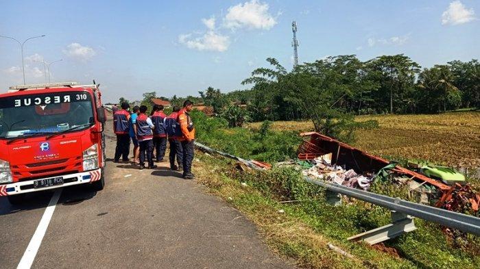 Truk Tronton Muatan Keramik Tabrak Tronton di Tol Pekalongan, 1 Meninggal Dunia