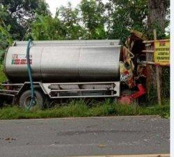 Truk tangki yang mengalami kecelakaan tunggal di jalan raya masuk Desa Kesuben, Kecamatan Lebaksiu, Kabupaten Tegal, pada Kamis (18/2/2021) pagi sekitar pukul 05.30 WIB. Pada peristiwa ini sopir tewas di tempat karena alami luka di bagian kepala.