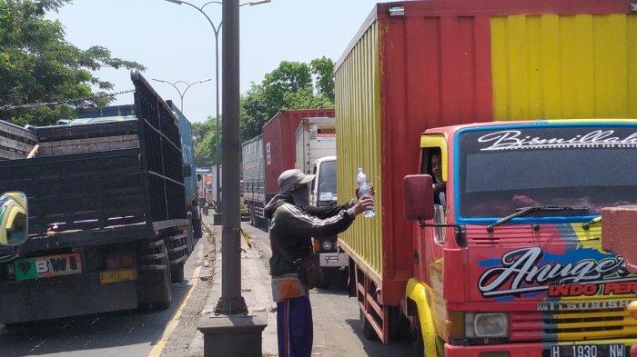 Mujiyono Tukang Tambal Ban Pilih Jualan Minuman Mineral saat Jalan Pantura Semarang Macet