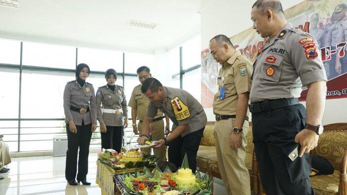 HUT Bhayangkara, Kapolres Kebumen Ajak Pegawai RSUD Potong Tumpeng dan Makan Bersama