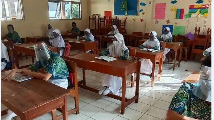 Proses belajar mengajar pada uji coba PTM tahap II di SMP Negeri 33 Semarang, Senin (26/4/2021).