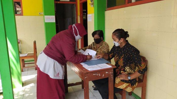 Hari Kedua Ujian SD di Karanganyar, Ari Tak Masalah Kumpulkan Lembar Soal Ujian Tiap Jam Istirahat