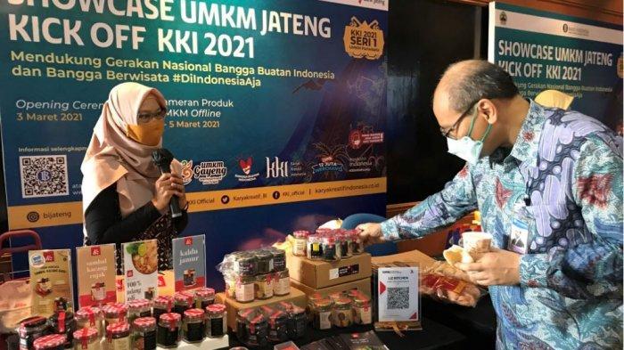 Kepala Perwakilan Bank Indonesia Jateng, Pribadi Santoso ketika sedang mengunjungi stand UMKM di Karya Kreatif Indonesia (KKI), yang dilangsungkan di lobi Bank Jateng.