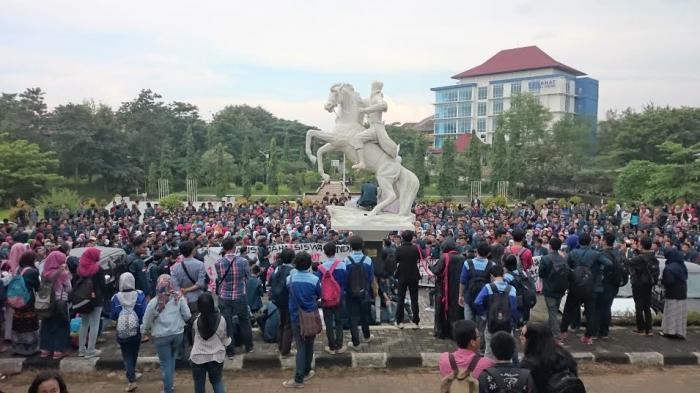 Serahkan Sekarung Receh, Mahasiswa Undip Semarang Demo Tolak Kenaikan Uang Kuliah