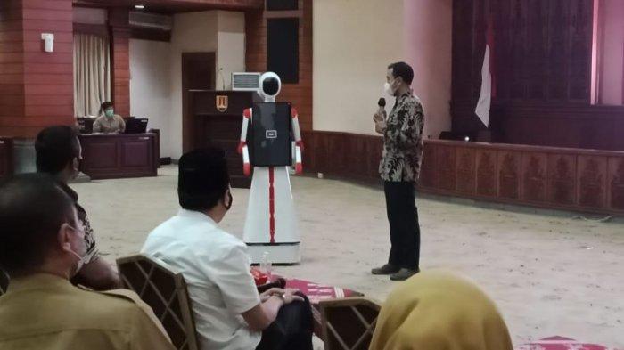 Universitas Diponegoro menyerahkan robot kepada Pemerintah Kota Semarang, Senin (10/5/2021).