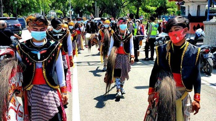 Aksi unjuk rasa mengusut dugaan pemotongan dana BPNT yang digelar para pelaku seni tradisional, di deoan gedung DPRD Kabupaten Pemalang, Rabu (31/3/2021).