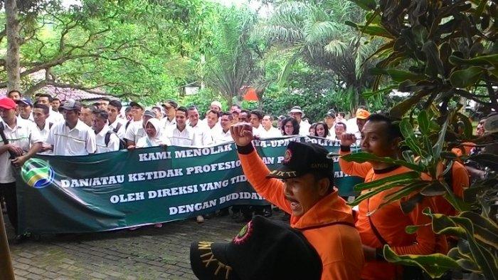 Federasi Serikat Pekerja Perkebunan Berunjuk Rasa di Kampoeng Kopi Banaran
