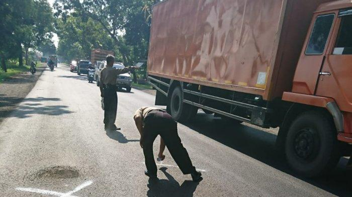 Dapat Keluhan Jalan Rusak, Polisi di Kebumen Datangi Lokasi dan Tandai Lubang Pakai Cat Semprot