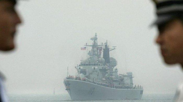 USS Curtis Wilbur (DDG54), sebuah kapal penghancur rudal kelas AEGIS Angkatan Laut AS, tiba di pelabuhan Qingdao, 13 September 2005 di Qingdao, di provinsi Shandong, China Timur.