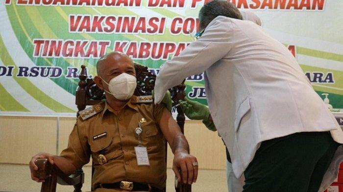 Bupati Jepara, Dian Kristiandi menjadi orang pertama yang divaksinasi virus corona  di RSUD R.A. Kartini, Senin (25/1/2021).