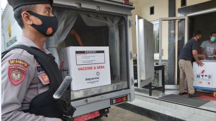 Sebanyak 5.880 dosis vaksin Covid-19 tiba di gedung farmasi Dinas Kesehatan Kabupaten Pekalongan, Minggu (24/1/2021) pukul 12.45 WIB dengan pengawalan ketat dari anggota Polres Pekalongan den dengan bersenjata lengkap.