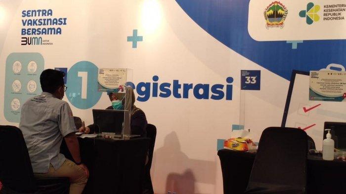 Karyawan PT Semen Gresik berada di ruang tunggu di Sentra Vaksinasi BUMN Semarang untuk mendapatkan vaksin dosis pertama. (Rabu, 14 April 2021)