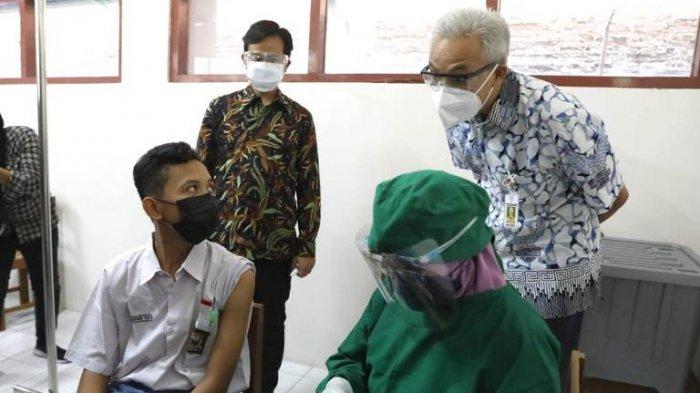 Gubernur Jateng Ganjar Pranowo Tinjau Vaksinasi Pelajar di Solo, Beruntung Ada yang Dapat Hadiah HP