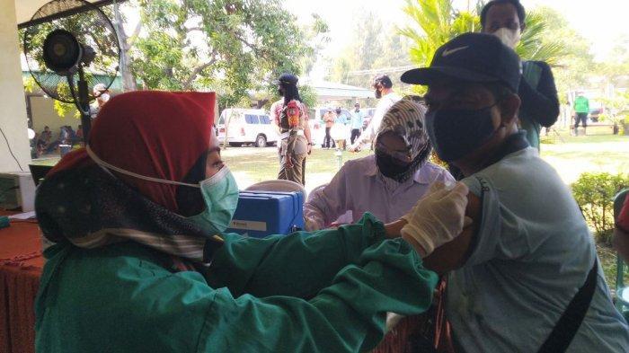 Vaksinasi Covid-19 menyasar masyarakat produktif di PT KLI Kaliwungu Kendal, Minggu (4/7/2021).