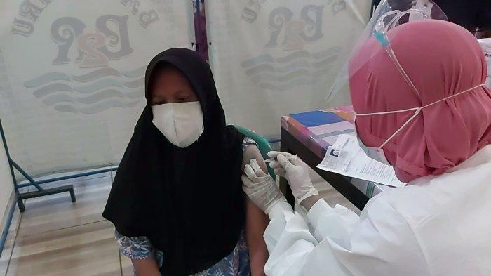Warga mengikuti vaksinisasi di Covid-19 di gedung serbaguna Banyu Biru Wiradesa, Kamis (14/10/2021).
